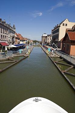 Houseboat Approaching Saverne Ecluse 30-31 Boat Lock, Canal de la Marne au Rhin, Saverne, Alsace, France