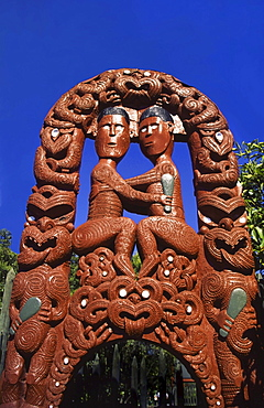 Neuseeland north island Rotorua Maori sculpture at the entrance of Whakarewarewa Thermal Reserve