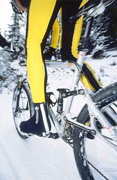 Man snowbiking, man riding a mountainbike in the snow, Wintersports, Sports, Serfaus, Tirol, Austria