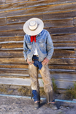 Cowboy at barn, wildwest, Oregon, USA