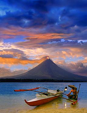Fishermen, Mayon volcano near Legazpi City, eruption at sunset, Legazpi, Luzon Island, Philippines, Asia
