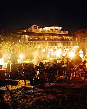 Food stalls at night on Forodhani beach, Africa House und Bar in the back, Stone Town, Zanzibar, Tanzania, East Africa
