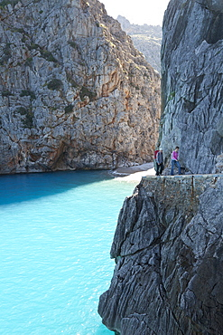 Hikers above the bay of Sa Calobra, Cala de Sa Calobra, end of the canyon Torrent de Pareis, romantic beach, Serra de Tramuntana, Unesco World Cultural Heritage, Mallorca, Spain