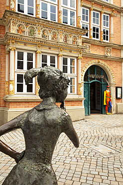 Sculpture at the Leisthaus, figure of Pied Piper at the entrance, Hamelin, Weser Hills, North Lower Saxony, Germany, Europe