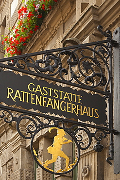 Rattenfaengerhaus, sign at the House of the Pied Piper, Hamelin, Weser Hills, North Lower Saxony, Germany, Europe