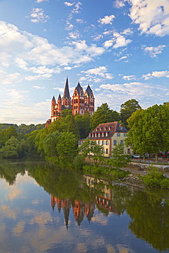 View from the Alte Lahnbruecke bridge across the river Lahn towards Limburg cathedral, St. Georgs Cathedral, Limburg, Lahn, Westerwald, Hesse, Germany, Europe