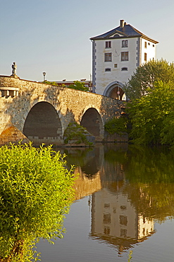 View of the Alte Lahnbruecke bridge with gatehouse and the river Lahn, Limburg, Westerwald, Hesse, Germany, Europe