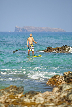 Hawaii, Maui, Makena, Athletic stand up paddle surfer in ocean