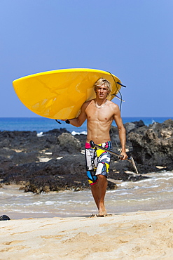 Hawaii, Maui, Makena, Stand up paddle surfer with board on beach