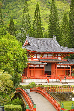 Hawaii, Oahu, Ahuimanu Valley, Valley of the Temples, Byodo-In Temple.