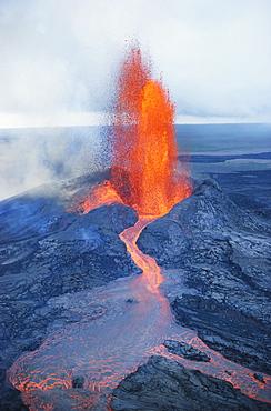 Hawaii, Big Island, Hawaii Volcanoes National Park, fountaining lava, Pu'u O'o vent with river, smoke