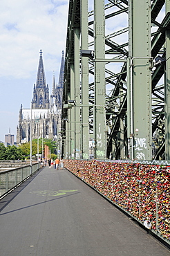 love locks, Hohenzollern bridge, Cologne Cathedral, Cologne, Koeln, Rhineland, North Rhine-Westphalia, Germany / Köln