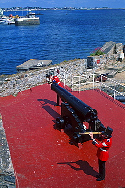 British Soldiers at canon, castle Cornet, St. Peter Port, Guernsey, Channel Islands, Great Britain