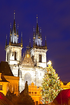 Christmas Market and the Church of Our Lady of Tyn on the Old Town Square, UNESCO World Heritage Site, Prague, Czech Republic, Europe