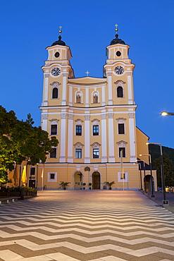 Mondsee Abbey illuminated at dusk, Market Square, Mondsee, Mondsee Lake, Oberosterreich (Upper Austria), Austria, Europe