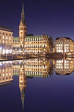 Rathaus (city hall) reflecting at Kleine Alster Lake, Hamburg, Hanseatic City, Germany, Europe