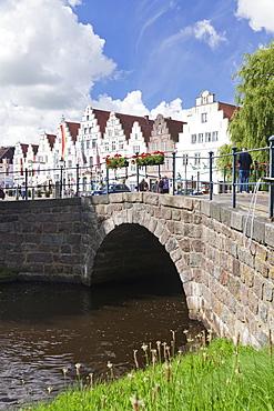View from a canal (Mittelburggraben) to the market square, Friedrichstadt, Nordfriesland, Schleswig Holstein, Germany, Europe
