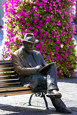 Bronze statue of architect Antoni Gaudi by Sculptor J. Luis Fernandez at Casa Botines in Leon, Castilla y Leon, Spain, Europe