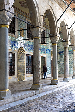 Tourist at Harem quarters and cloisters at Topkapi Palace (Topkapi Sarayi), UNESCO World Heritage Site, of the Ottoman Empire, Istanbul, Turkey, Europe, Eurasia