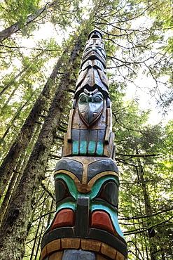 Yaadaas Crest Corner Pole, Tlingit totem pole, rainforest, Sitka National Historic Park, Sitka, Baranof Island, Alaska, United States of America, North America