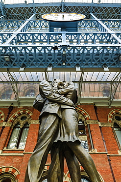 Paul Day's Meeting Place statue, known as the Lovers, St. Pancras, historic Victorian Gothic railway station, London, England, United Kingdom, Europe