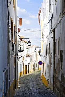 View along the medieval cobbled street of Rua do Moeda in historic centre of Evora, UNESCO World Heritage Site, Alentejo, Portugal, Europe