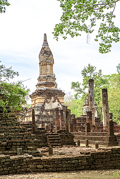 Buddhist chedi (stupa) and temple in Si Satchanalai Historical Park, Sukhothai, UNESCO World Heritage Site, Thailand, Southeast Asia, Asia