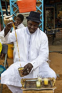 Man preparing tea, Agadez, Niger, West Africa, Africa