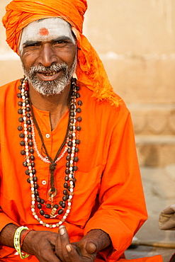 Sadhu on the banks of the Ganges, Varanasi (Benares), Uttar Pradesh, India, Asia