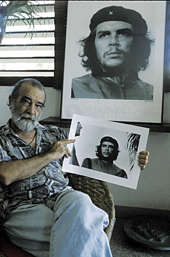 Alberto korda with a picture of 'che' guevara, cuba. The late photographer korda holding an original copy of his world-famous print of the guerilla leader, taken in 1962