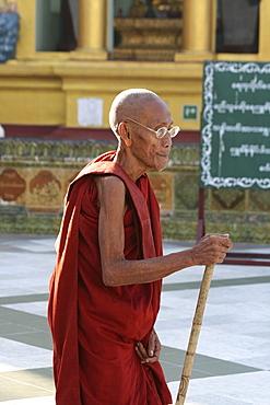 Myanmar shwedagon paya (pagoda), yangon (rangoon), on monk