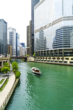 Sightseeing boat on the Chicago River, Chicago, Illinois, United States of America, North America