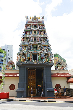 Sri Mariamman Temple in Chinatown, the oldest Hindu temple in Singapore with its colourfully decorated Gopuram (tower), Singapore, Southeast Asia, Asia
