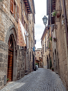 Cobbled medieval street and stone houses, Orvieto, Tuscany, Italy, Europe