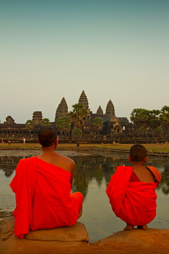 Novice Buddhist monk and his teacher at Angkor Wat, UNESCO World Heritage Site, Siem Reap, Cambodia, Indochina, Southeast Asia, Asia