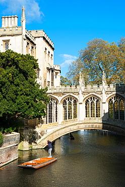 Punting under the Bridge of Sighs, St. Johns College, University of Cambridge, Cambridge, England, United Kingdom, Europe