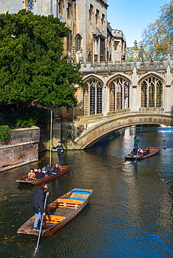 Punts going under the Bridge of Sighs, St. Johns College, University of Cambridge, Cambridge, Cambridgeshire, England, United Kingdom, Europe