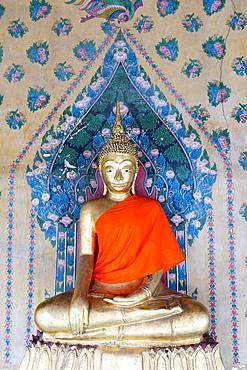 Gold Buddha statue in Wat Arun (The Temple of Dawn), Bangkok, Thailand, Southeast Asia, Asia