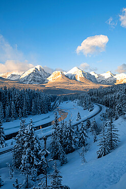 Winter view of Morant's Curve, Banff National Park, UNESCO World Heritage Site, Alberta, Canada, North America