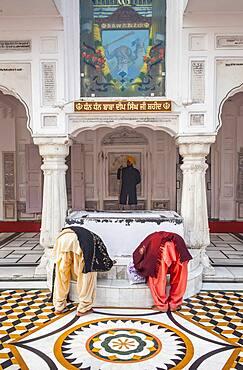 Pilgrims praying, golden temple, Amritsar, Punjab, India
