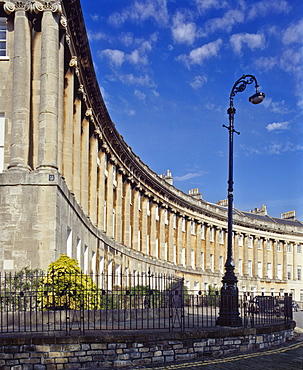 The Royal Crescent designed by John Wood the Younger and built 1767-74 comprising 30 houses in a 200m arc overlooking the town, Bath, Avon, England, United Kingdom, Europe