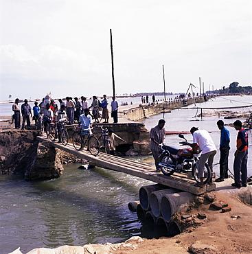 Temporary bridge in the aftermath of the December 2005 tsunami, Batticaloa, Sri Lanka, Asia