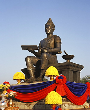 Contemporary statue to commemorate King Ramkamheng, the founder of the first Thai Kingdom, at Sukhothai, Thailand, Southeast Asia, Asia