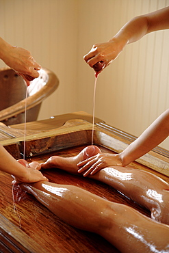 Abhyangam, the ayurvedic oil massage, usually performed by two therapists on a special wooden bed, India, Asia