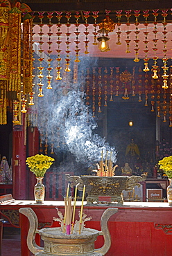 Kuan An Eng shrine, a Chinese place of worship dating from the late 18th century located on the bank of the Chao Phraya River next to Wat Kanlayanamit, Thonburi, Bangkok, Thailand, Southeast Asia, Asia