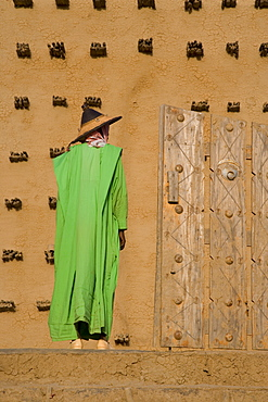 Man standing outside the Djenne Mosque, the largest mud structure in the world, UNESCO World Heritage Site, Djenne, Niger Inland Delta, Mali, West Africa, Africa