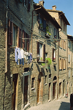 Houses on a narrow street in the town of Urbino, Marche, Italy, Europe