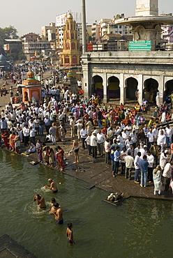 Worshippers at the Ramkund tank on the ghats along the holy River Godavari, Nasik (Nashik), Maharashtra, India, Asia