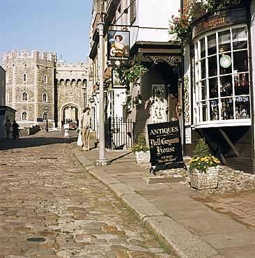 Cobbled street with view of castle, Windsor, Berkshire, England, United Kingdom, Europe