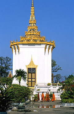 Monks walking in front the the Mondap (Library), Royal Palace, Phnom Penh, Cambodia, Indochina, Southeast Asia, Asia